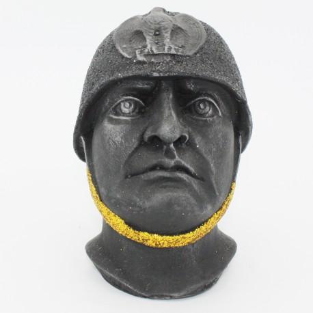 Testa di Mussolini con casco